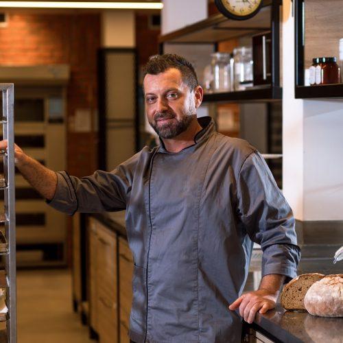 Boulanger-posant-devant-pain.jpeg